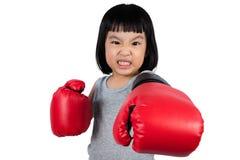 Aziaat Weinig Chinees Meisje die Bokshandschoen met Woeste Expre dragen Stock Fotografie