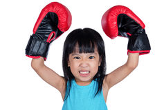 Aziaat Weinig Chinees Meisje die Bokshandschoen met Woeste Expre dragen Royalty-vrije Stock Afbeelding