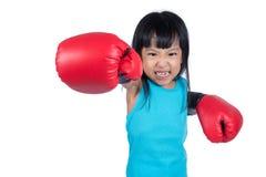Aziaat Weinig Chinees Meisje die Bokshandschoen met Woeste Expre dragen Stock Afbeelding