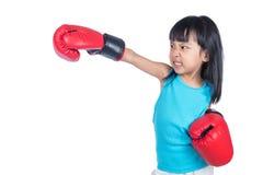 Aziaat Weinig Chinees Meisje die Bokshandschoen met Woeste Expre dragen Royalty-vrije Stock Foto