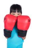 Aziaat Weinig Chinees Meisje die Bokshandschoenen dragen Stock Foto