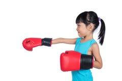 Aziaat Weinig Chinees Meisje die Bokshandschoenen dragen Stock Afbeeldingen