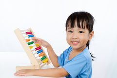 Aziaat Weinig Chinees Meisje die Kleurrijk Telraam spelen royalty-vrije stock afbeeldingen