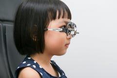 Aziaat Weinig Chinees Meisje die Ogenonderzoek doen royalty-vrije stock foto