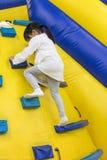 Aziaat Weinig Chinees Meisje die op helling beklimmen Stock Fotografie