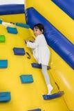 Aziaat Weinig Chinees Meisje die op helling beklimmen Royalty-vrije Stock Foto's