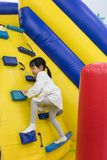 Aziaat Weinig Chinees Meisje die op helling beklimmen Stock Foto's