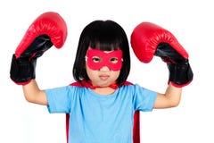 Aziaat Weinig Chinees Meisje die Super Heldenkostuum met het In dozen doen dragen Stock Afbeeldingen