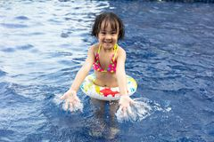 Aziaat Weinig Chinees Meisje die in Zwembad spelen royalty-vrije stock fotografie