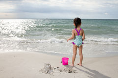 Aziaat Weinig Chinees Meisje het Spelen Zand met Strandspeelgoed Royalty-vrije Stock Afbeelding