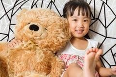 Aziaat Weinig Chinees Meisje met Teddy Bear Stock Foto's