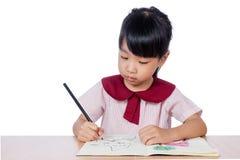 Aziaat Weinig Chinese meisjestekening met kleurenpotloden Royalty-vrije Stock Afbeelding