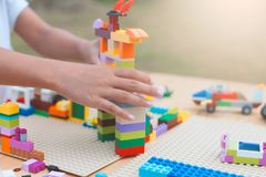 Aziaat weinig de hand van het kindmeisje het spelen met kleurrijke blokken Royalty-vrije Stock Foto's