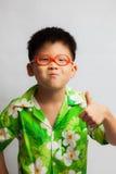 Aziaat weinig jongen die gelukkig voelen Stock Afbeelding