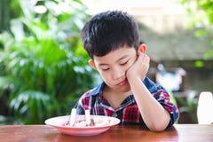 Aziaat weinig jongen het boring eten met rijstvoedsel royalty-vrije stock afbeeldingen