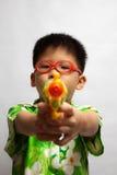 Aziaat weinig jongen het spelen stuk speelgoed Royalty-vrije Stock Fotografie