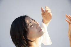 Aziatisch Amerikaans Vrouwenportret in Bewegingsmeditatie royalty-vrije stock afbeeldingen