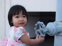 Aziatisch babymeisje die zijdelings onder ogen zien Stock Foto