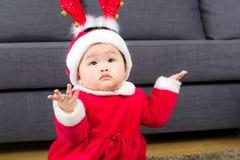 Aziatisch babymeisje met Kerstmisvulling royalty-vrije stock foto