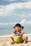 Aziatisch babymeisje op strand Stock Afbeeldingen
