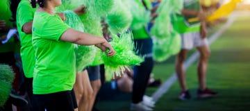Aziatisch cheerleaderteam op groen kunstmatig gras stock fotografie