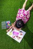 Aziatisch Chinees en meisje die trekken schilderen Stock Foto