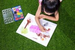 Aziatisch Chinees en meisje die trekken schilderen Royalty-vrije Stock Afbeeldingen