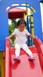 Aziatisch Chinees kind op de bovenkant van dia Stock Afbeelding