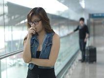 Aziatisch Chinees meisje in argument met kerel bij airpor royalty-vrije stock fotografie