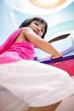 Aziatisch Chinees Meisje die de Ladder beklimmen royalty-vrije stock afbeelding