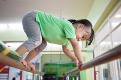 Aziatisch Chinees meisje die op brug beklimmen Stock Foto