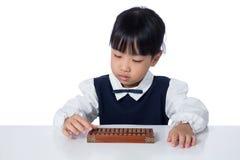 Aziatisch Chinees meisje het spelen telraam stock afbeelding