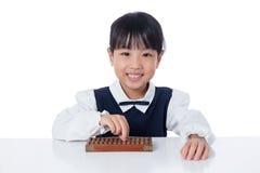 Aziatisch Chinees meisje het spelen telraam royalty-vrije stock afbeelding