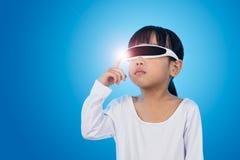 Aziatisch Chinees meisje met futuristische eyeglassses in isolate royalty-vrije stock foto's