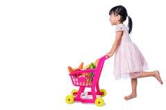 Aziatisch Chinees meisje met het winkelen karretjehoogtepunt van vegetabl stock foto