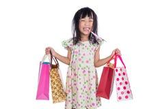 Aziatisch Chinees meisje met het winkelen zakken Stock Foto's