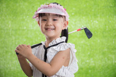 Aziatisch Chinees meisje speelgolf Stock Fotografie