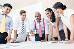 Aziatisch Commercieel Team in Strategievergadering Stock Afbeeldingen
