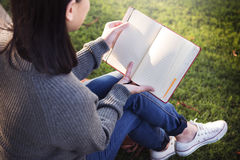 Aziatisch Damereading book park in openlucht Concept stock foto's