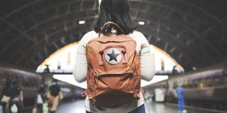Aziatisch Dametraveler backpack city Concept stock foto's