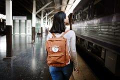 Aziatisch Dametraveler backpack city Concept stock afbeeldingen