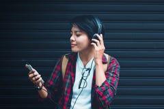 Aziatisch De tienerjaren luisteren aan muziek bij dichte waaier met uitstekende toon royalty-vrije stock afbeeldingen