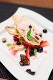 Aziatisch dessert met lotusbloemwortel en bessen Stock Afbeelding