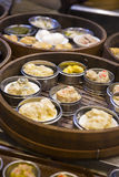 Aziatisch dim sum in bamboestoomboot Stock Foto