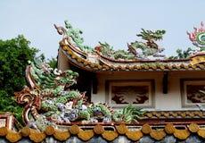 Aziatisch draak kleurrijk ornament op het dak Stock Afbeelding