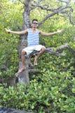 Aziatisch Guy Sitting On The Tree royalty-vrije stock afbeeldingen