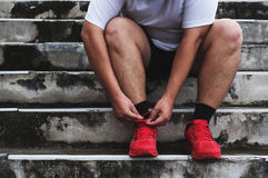 Aziatisch Guy Tying Running Shoe, die aan het Lopen voor het Verliezen van Gewicht voorbereidingen treffen royalty-vrije stock afbeelding