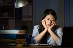 Aziatisch het bedrijfsvrouw slaperig werk overwerk laat - nacht royalty-vrije stock foto