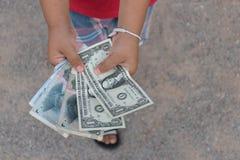 Aziatisch het geldcontant geld van de jong geitjeholding Royalty-vrije Stock Fotografie