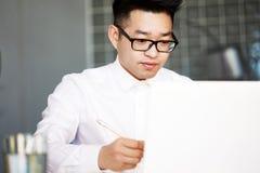 Aziatisch het Voorzien van een netwerkconcept van Zakenmanworking laptop connecting stock foto's